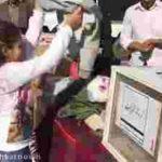 ویدئو کلیپ دختربچه کوچکی که تمام لباس های خودبه زلزله زدگان می دهد