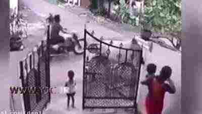 ویدئو کلیپ لحظه فرار دختر خردسال از مرگ حتمی