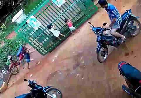 سقوط درب سنگین فلزی روی دو کودک + ویدئو