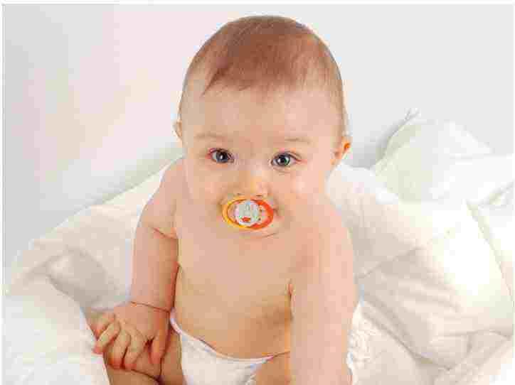 استفاده از پستانک برای نوزاد و کودک + مضرات و معایب